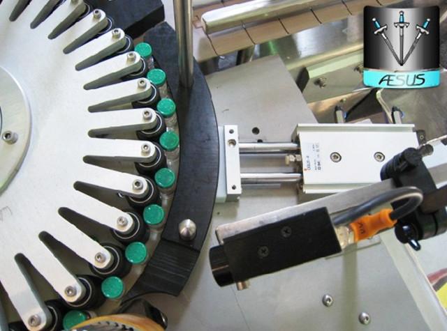 स्वचालित कस्टम शंक्वाकार बोतलें कंटेनरों रोटरी लेबलिंग मशीन विवरण इंगित करता है